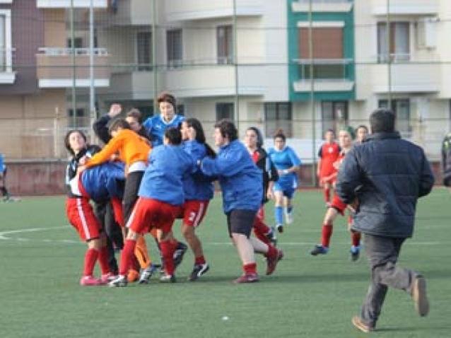 Bayan Futbolcular, Tekme Tokat Birbirlerine Girdi