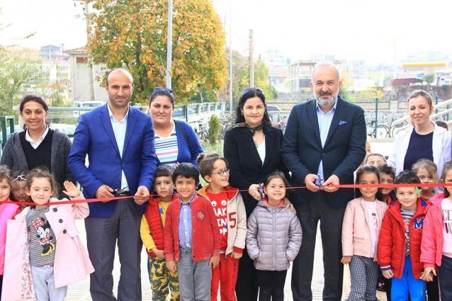 Çocuk Parkını Çocuklarla Açtı