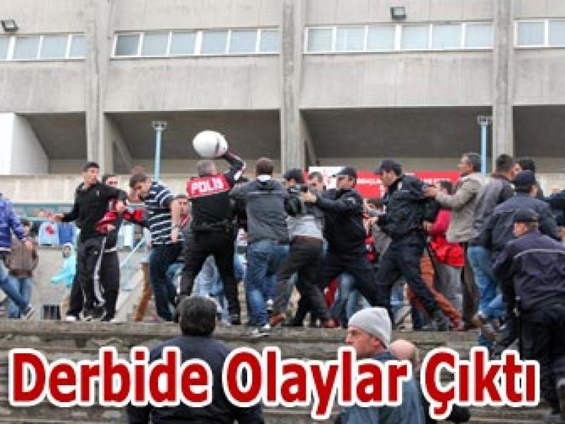 Futbolcular Sahada Taraftarlar Tribünde Birbirine Girdi