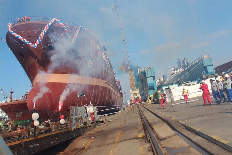 Dünyanın En Büyük Balık Fabrika Gemisi Denizle Buluştu