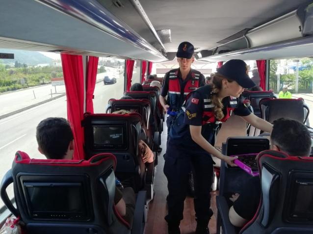 Jandarma Ekipleri Sürücülere Çikolata İkram Etti