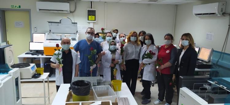 Laborantlara Çiçek Sundular