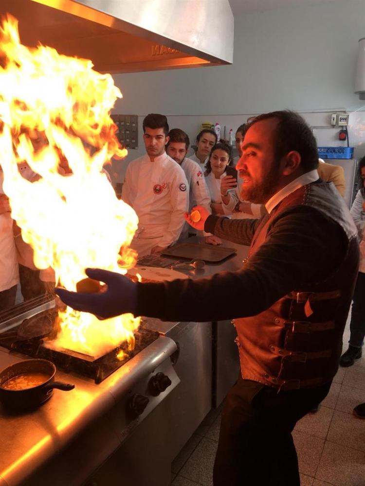 Öğrencilere Uygulamalı Et Pişirme Dersi