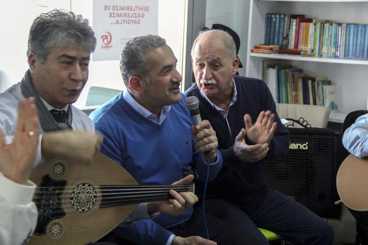 Öztabak Huzurevi Sakinleri İle Şarkı Söyledi