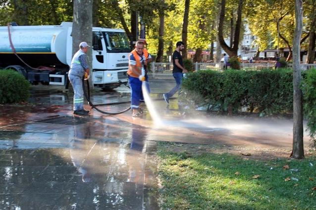 Park Ve Kaldırım Tazyikli Su İle Yıkandı