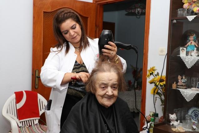 Yaşlılara Evinde Kuaför Hizmeti