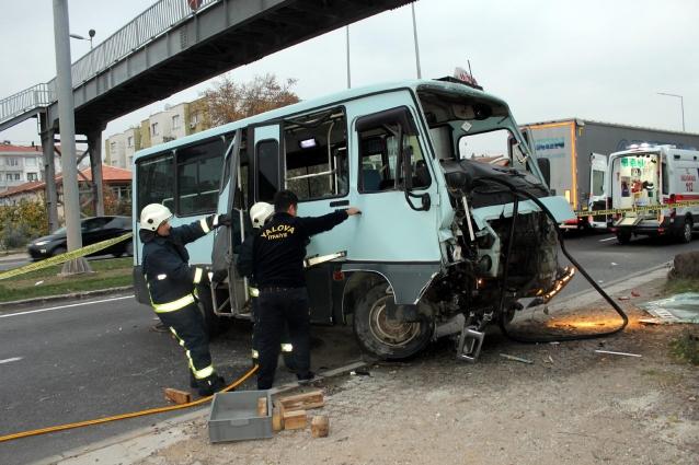 Yolcu Minibüsü Köprü Ayağına Çarptı